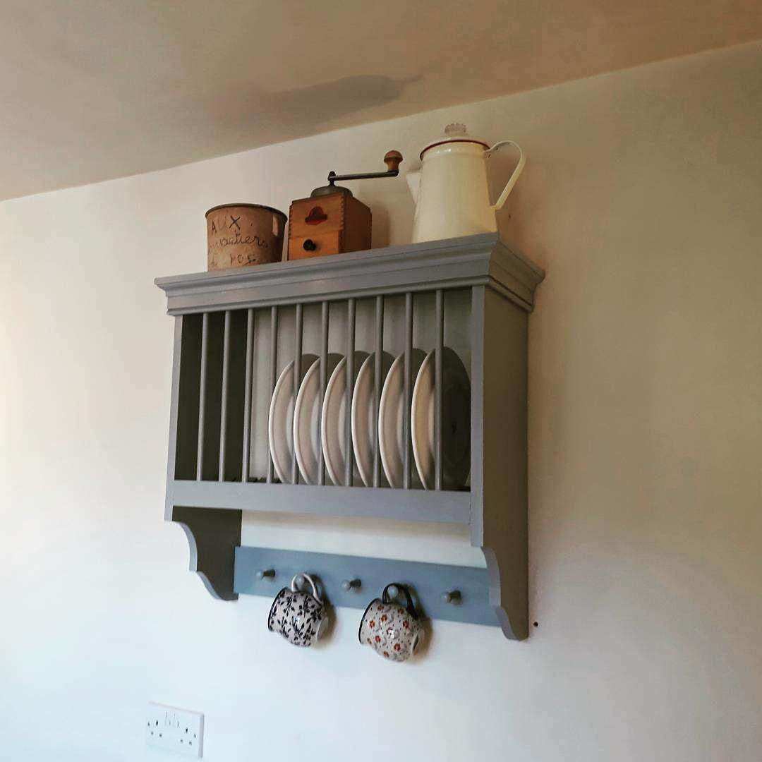 Rails are easy to install and can be used to store kitchen tools, spices, cooking boards, cups, pans, knives and even tableware
